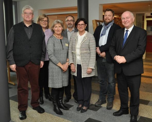 Ehrengäste, Vorstandsmitglieder und und Referenten bei der Eröffnung des Hospizbüros in Dingolfing